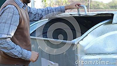 Het gebruiken van Dumpster stock footage