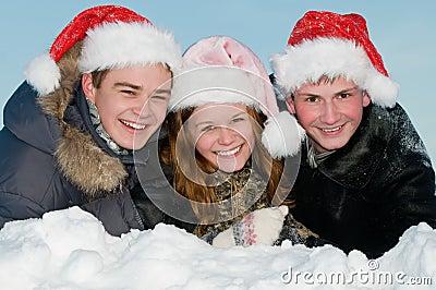 Het gelukkige het glimlachen jonge mensen liggen