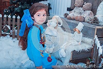 Het gelukkige kleine meisje in kleding met heden heeft kerstmis stock foto afbeelding 63568717 - Foto slaapkamer klein meisje ...