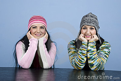Het gelukkige twee meisjes staren
