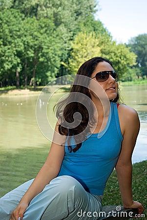 Het genieten van dichtbij het meer