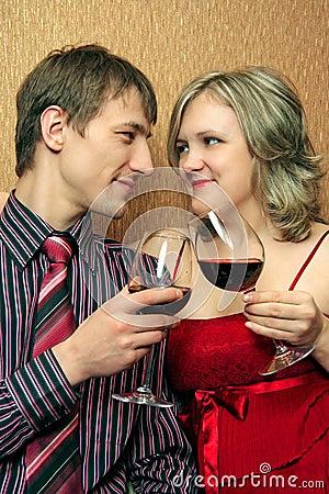 Het gerinkelglazen van het paar met