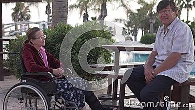 Het gespreks oudere mensen van Nice op vakantie in Cyprus stock video