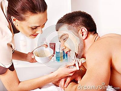 Het gezichtsmasker van de klei in schoonheidskuuroord.
