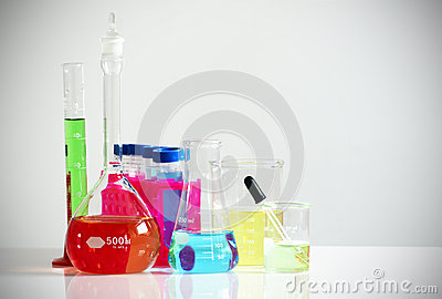 Het glaswerk van het laboratorium met kleurrijke chemische producten