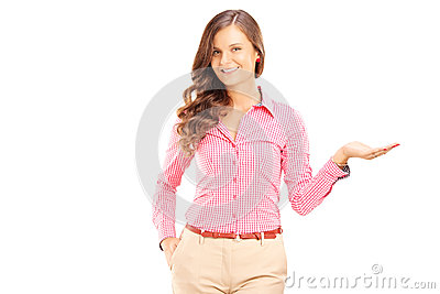 Het glimlachen het vrouwelijke gesturing met haar hand en het bekijken camera