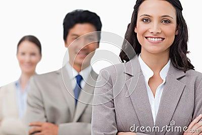 Het glimlachen jonge salesteam met gevouwen wapens