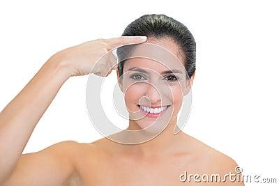 Het glimlachen naakt brunette wat betreft voorhoofd
