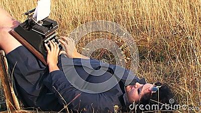 Het grappige Vrouw Typen op Uitstekende Schrijfmachine die liggen stock videobeelden
