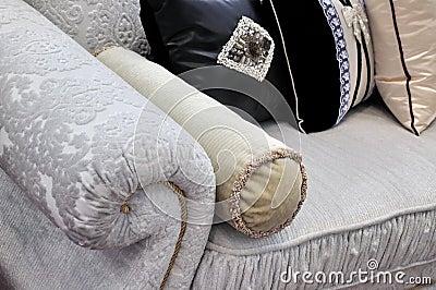 Het handvat en het hoofdkussen van de bank in doek