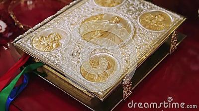 Het heilige evangelie is behandeld met goud stock footage