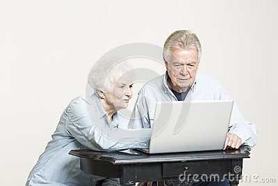 Het hogere paar bekijkt betrokken rekeningen