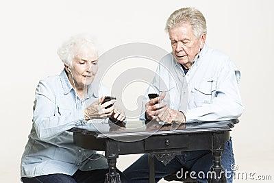 Het hogere paar luistert aan muziek