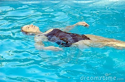 Het hogere vrouw zwemmen