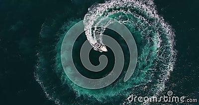 Het hoogste meningscijfer van cirkel en spiraalvormige vorm maakte met schuimende motorbootsporen op azuurblauwe oceaanwaterspieg stock footage