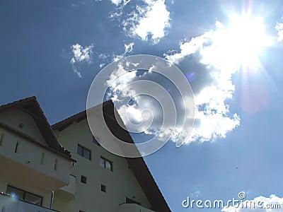 Het huis van de berg op een heldere glanzende dag