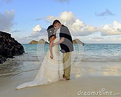 Het huwelijks eerste kus van Lanikai