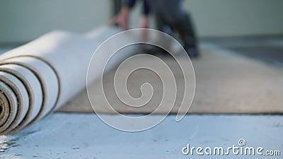 Het installeren van een tapijt op de vloer stock videobeelden