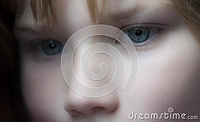 Het jonge meisje staren