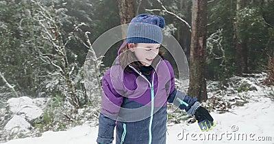 Het jonge meisje werpt sneeuwbal toen klappen met verrukking stock video