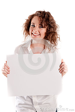 Het jonge mooie meisje houdt een leeg wit teken voor u om in te vullen