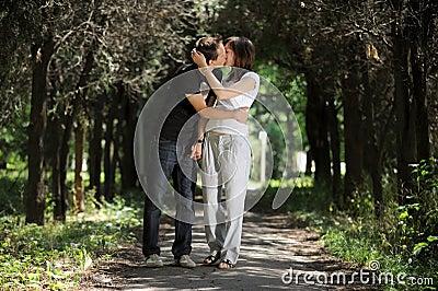 Het jonge paar kussen in de steeg