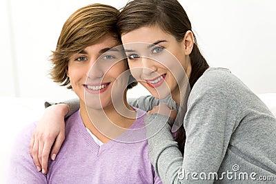 Het jonge paar omhelzen