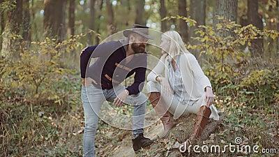 Het jonge paar stellen in In Autumn Dress Het hoge van de Mannequinsman en vrouw stellen in de herfstpark Manierportret binnen stock video