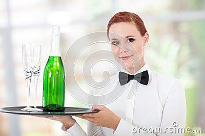 Het jonge serveerster dienen