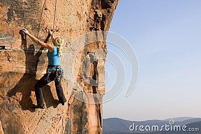Het jonge vrouw beklimmen