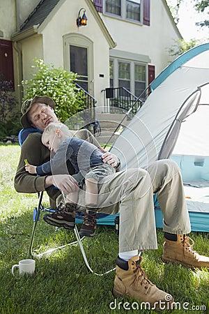 Het kamperen van de vader en van de zoon