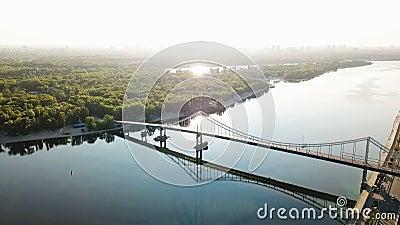 Het kapitaal van Kiev Kiyv de Oekraïne De Brug van rivierdniepr Dnipro Parkivyi aan Truhaviv-videolengte van de eiland de Luchtho stock video