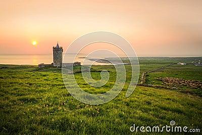 Het kasteel van Doolin bij zonsondergang