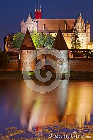 Het kasteel van Malbork bij nacht