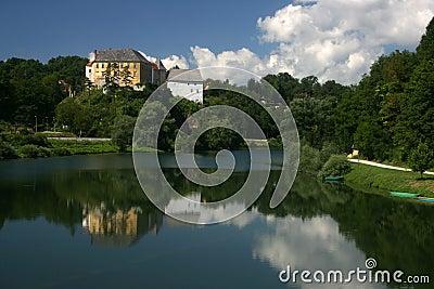 Het kasteel van Ozalj boven rivier