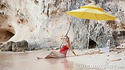 Het Kaukasische zwangere vrouw ontspannen op vakantie op toebehoren van een de zandige strandstrand stock videobeelden