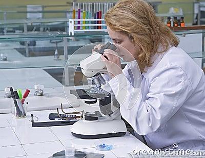 Het kijken door een microscoop