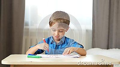 Het kind tekent gekleurde potloden op papier, fantaseert en verbeeldt Gefeliciteerd kind Ontwikkeling van kinderen stock footage