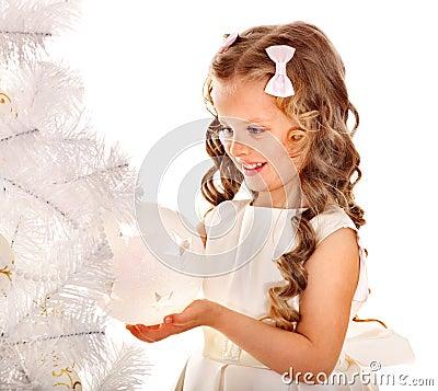 Het kind verfraait Kerstboom.