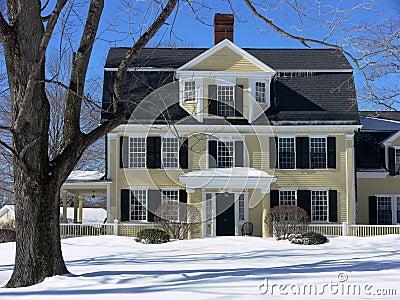 Het klassieke huis van New England in de winter