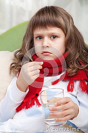 Het kleine zieke meisje in bed neemt een pil royalty vrije stock afbeeldingen afbeelding 17898549 - Bed voor een klein meisje ...