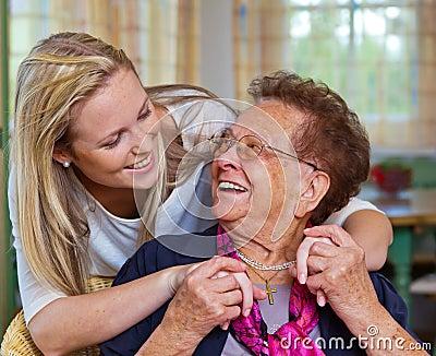 Het kleinkind bezoekt grootmoeder