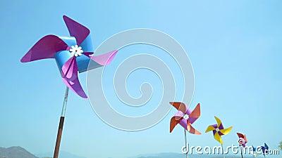 Het kleurrijke windturbine roteren