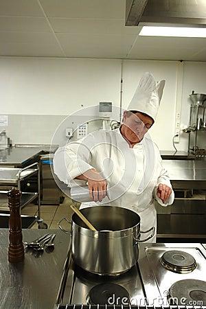 Het koken van de chef-kok in keuken