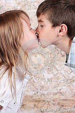 Het kussen van de jongen en van het meisje