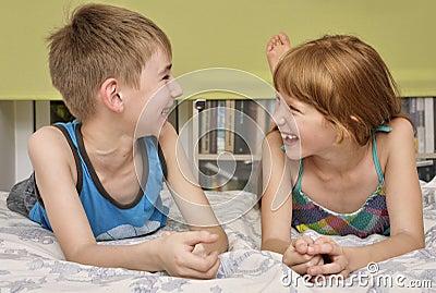 Het lachen van de jongen en van het meisje