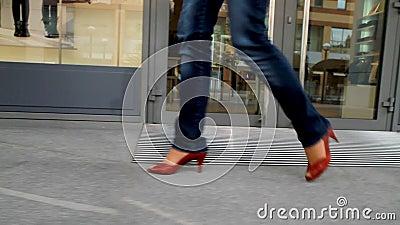 Het lange, langbenige meisje gaat door stad 1 stock videobeelden