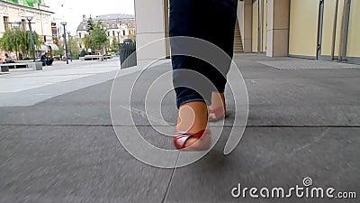 Het lange, langbenige meisje gaat door stad 8 stock videobeelden