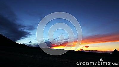 Het langzame Paar die van het Motiesilhouet bij Zonsondergang lopen stock video