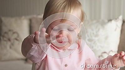 Het leuke babymeisje spelen met kinetisch zand thuis Zandkasteelspel Onderwijs en Ontwikkeling van jonge geitjes het Vroege Kinde stock video